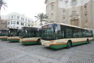 foto de una hilera de autobuses urbanos en la plaza de la Catedral