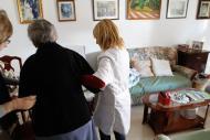 foto de una enfermera ayudando a una persona mayor