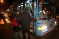 foto de un grupo de personas subiendo al autobús búho
