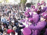 foto de un coro de Carnaval subido en una batea  rodeado de mucha gente