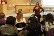 Foto de una mujer dando una charla a adolescentes