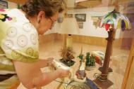 Foto de una mujer colocando una exposición
