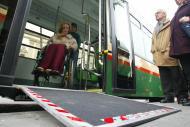 foto de una persona en silla de ruedas bajando por la rampa de un autobús urbano