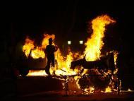 foto de una hoguera quemando las figuras de los Juanillos tan típicas de Cádiz