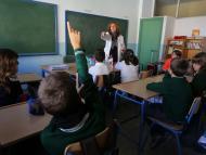 foto de la clase de un colegio con los alumnos y una profesora